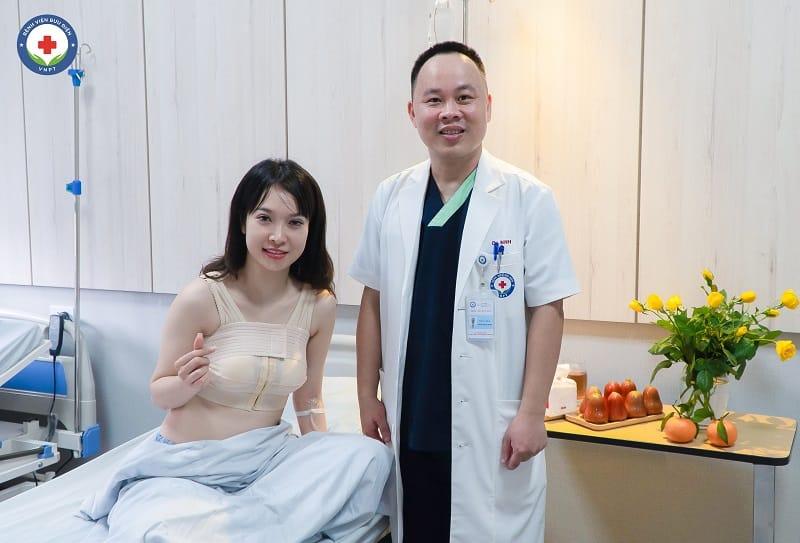 Hình ảnh bác sĩ Hoàng Mạnh Ninh và khách hàng sau 02 ngày nâng ngực hai không tại Bệnh viện Bưu điện.